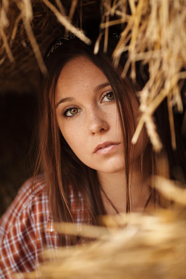 Portrait von Julia, in einer Scheune auf ihrem Bauernhof
