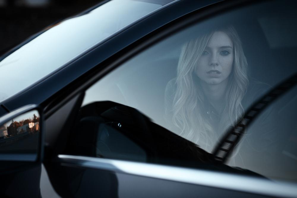 Portrait von Anna im Auto