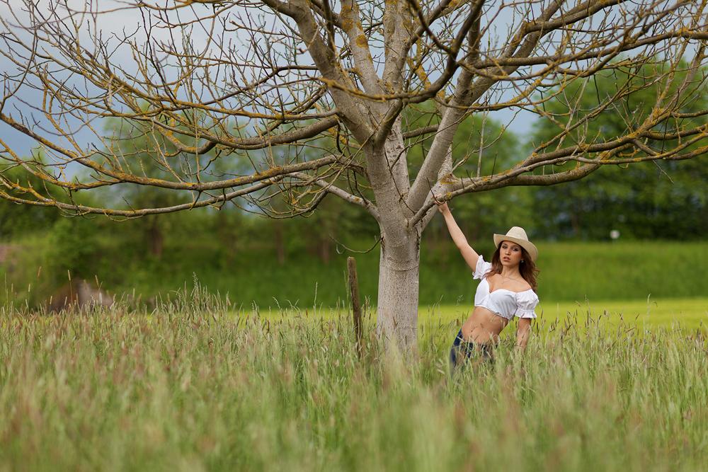 Portrait von Julia an einem Baum