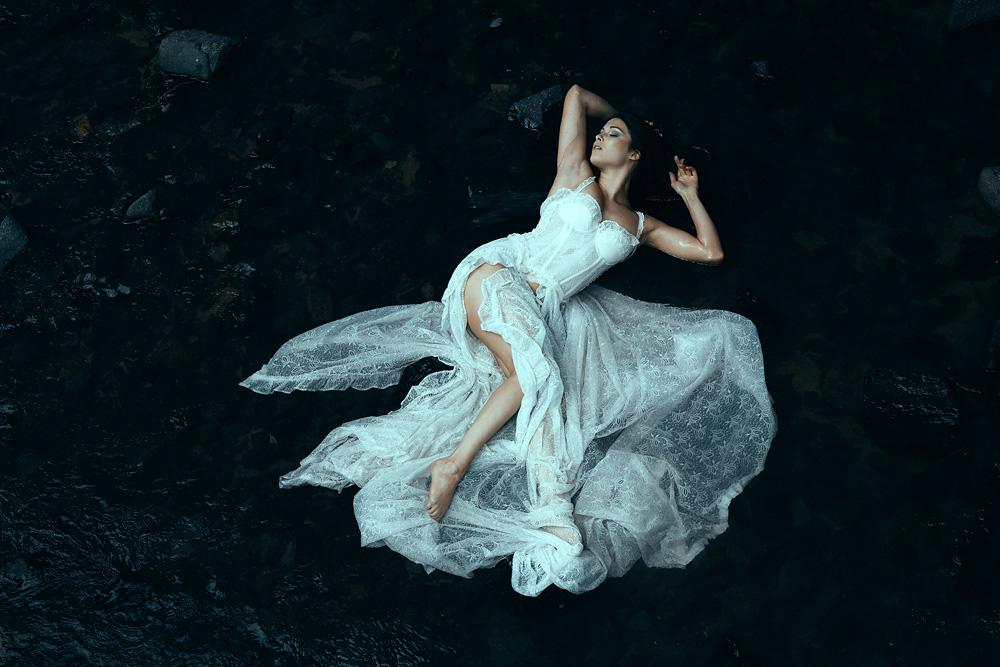 Fashionfotografie - Natalie mit weißem Kleid im Wasser