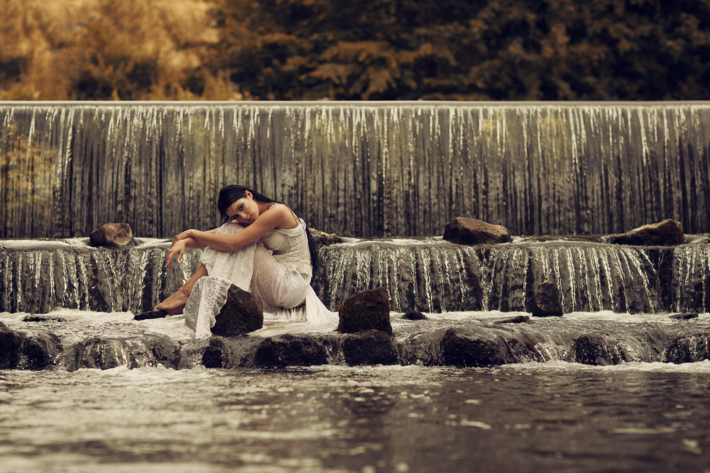 Portraitfotografie - Natalie mit weißem Kleid im Wasser