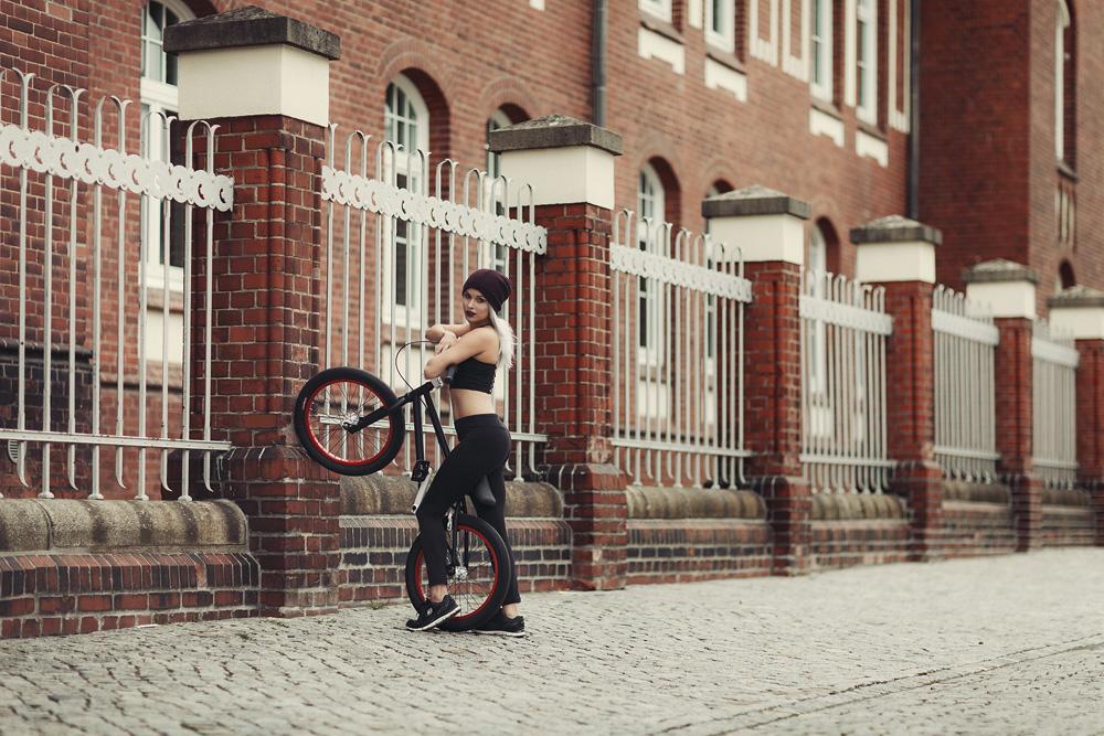 Natalie mit einem BMX Fahrrad - Fachhochschule Fulda
