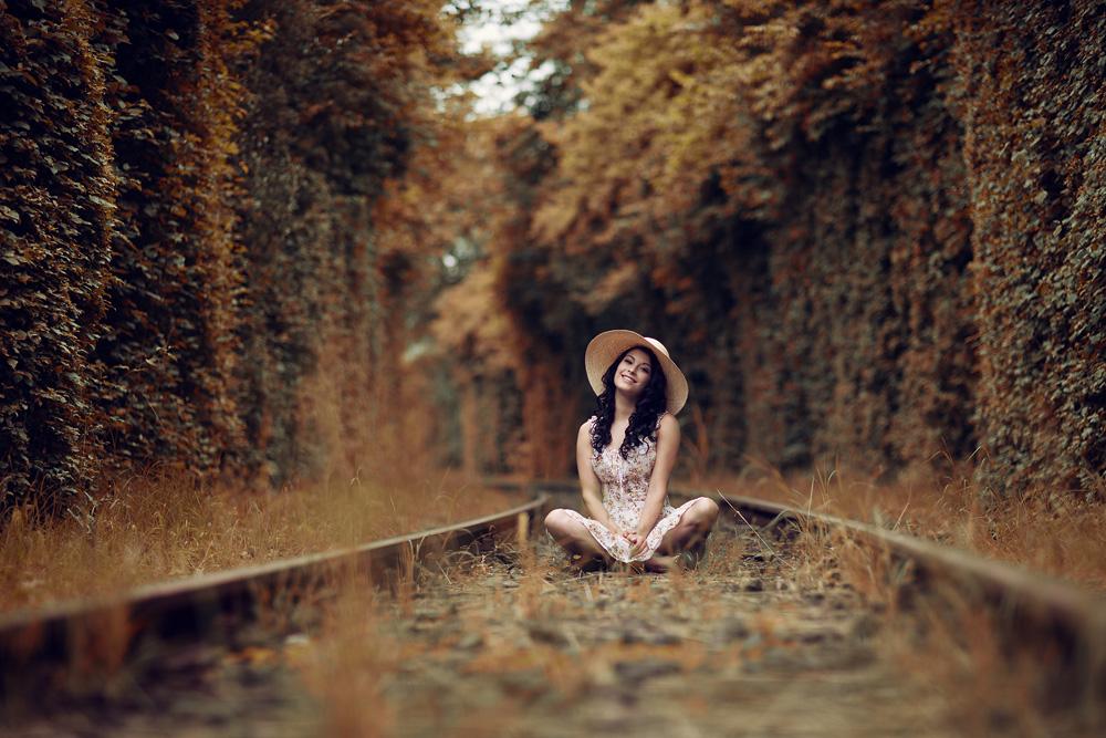 Portrait von Natalie auf einem stillgelegten Bahngleis