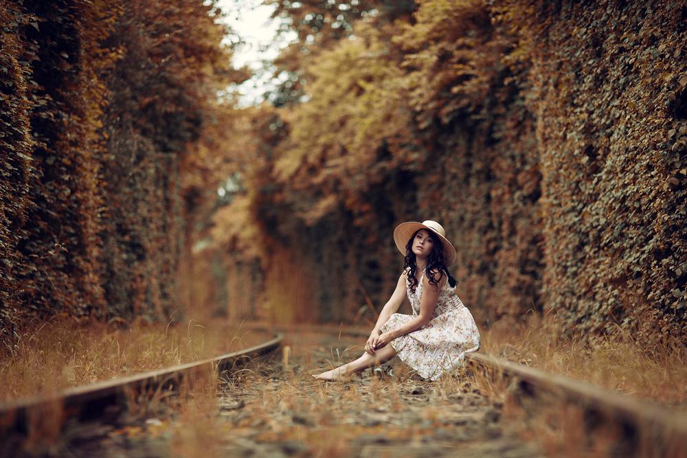 Portrait von Natalie auf alten Bahngleisen