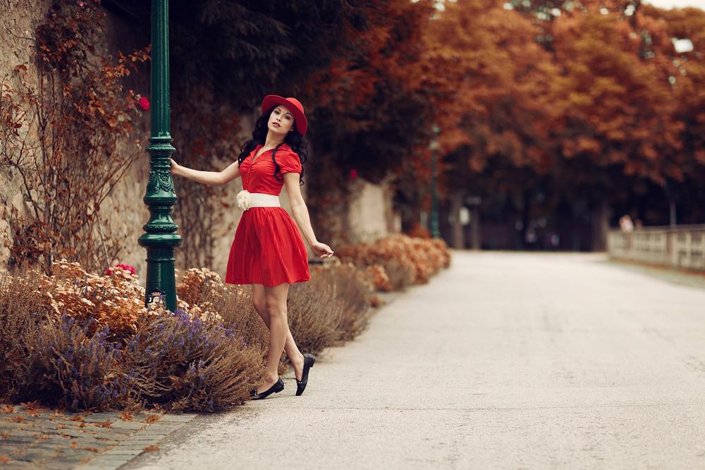 Portrait von Natalie in einem roten Kleid und Hut