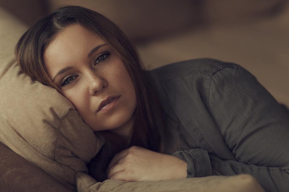 Portrait von Julia, daheim in meinem Wohnzimmer