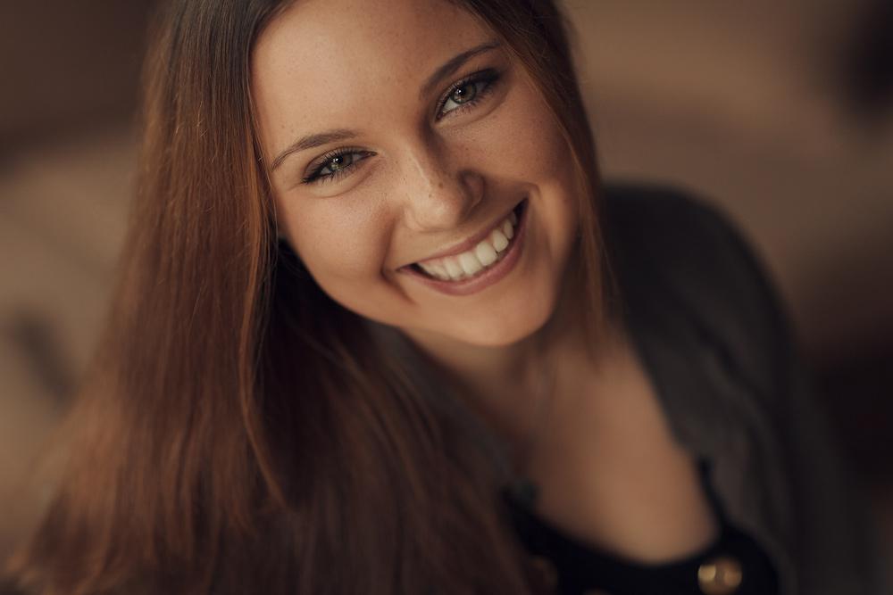 Eine Portraitaufnahme von Julia, sie hat so ein schönes Lächeln
