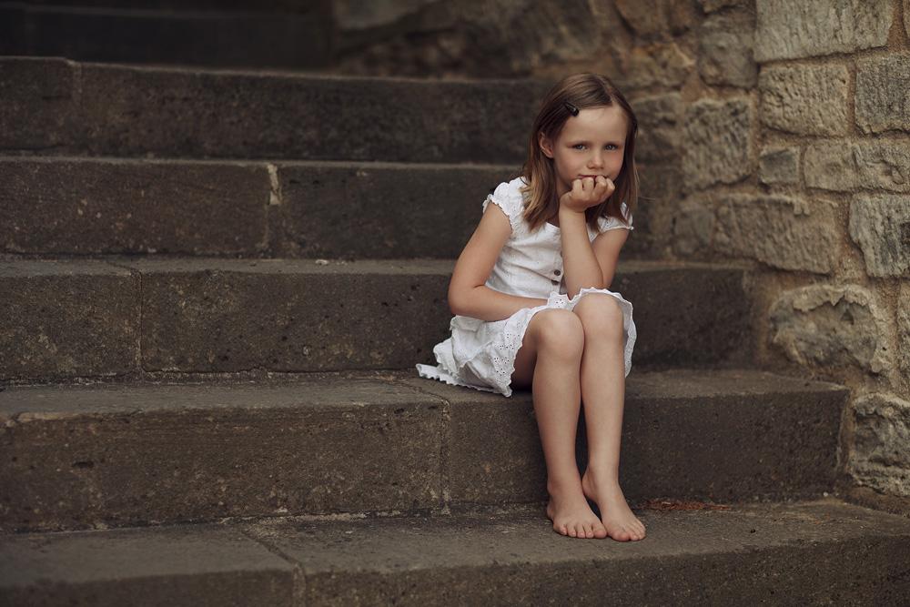 Fabienne auf einer Treppe sitzend