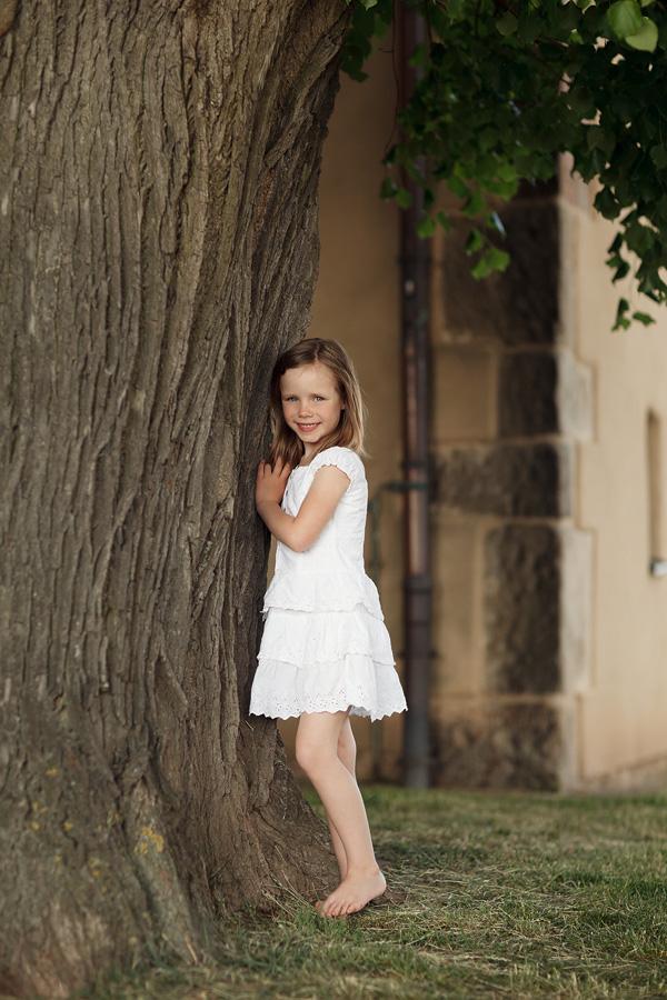 Fabienne an einem Baum stehend