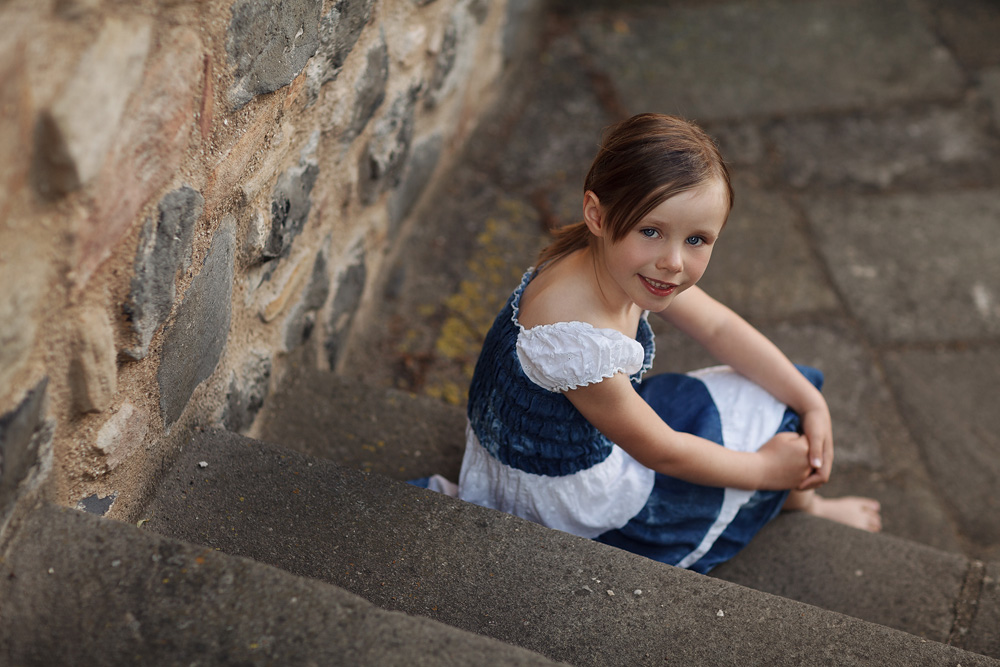 Kinderportrait auf einer Treppe