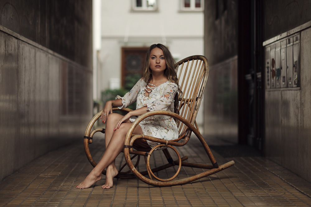 Kristina sitzend im Schauckelstuhl