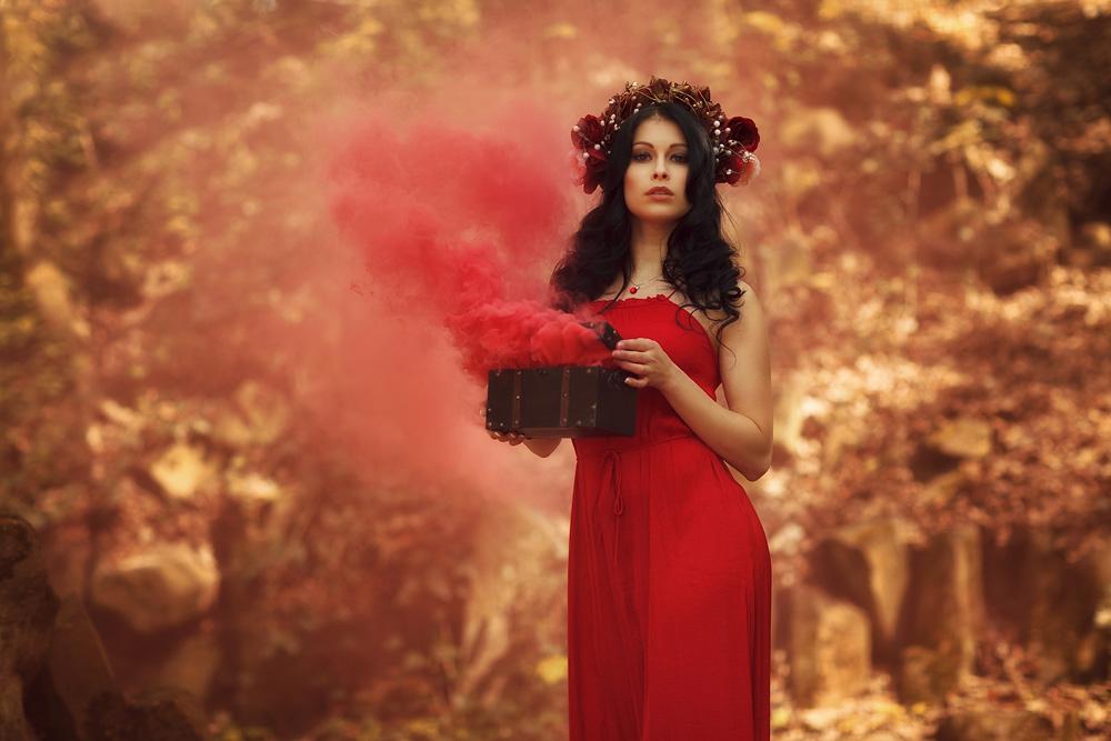 Foto von Natalie, mit einer qualmenden Holzkiste in der Hand
