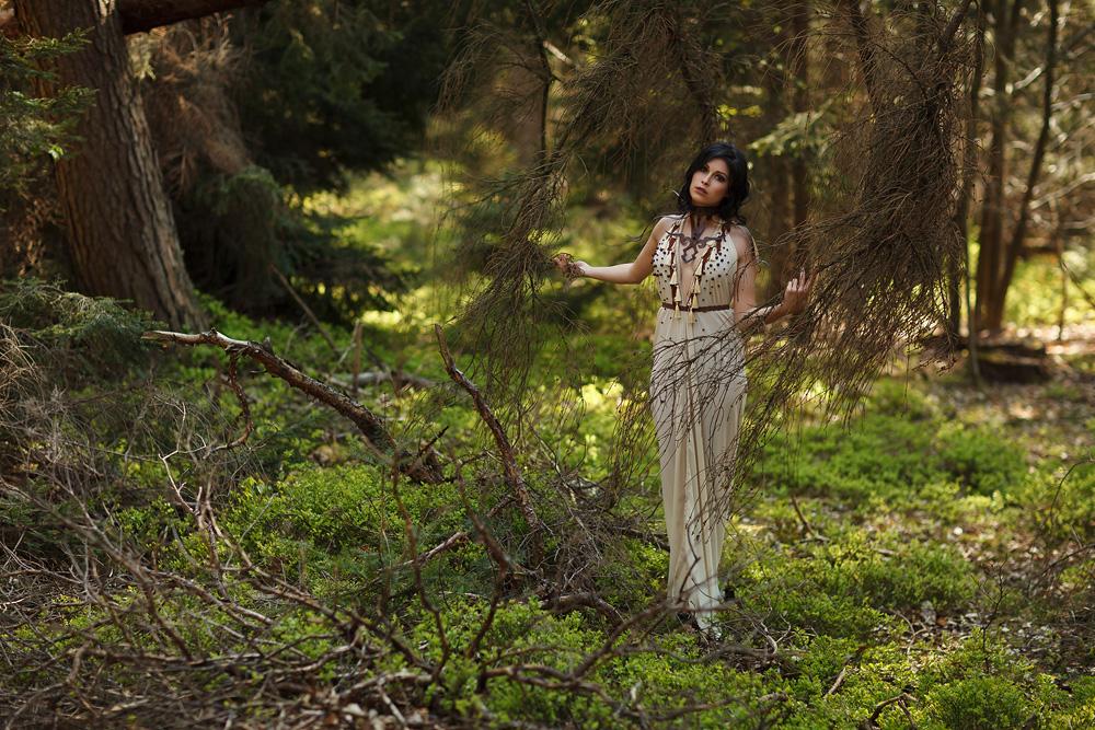 Ganzkörperaufnahme von Natalie im Wald