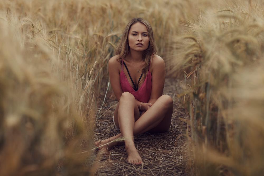 Ganzkörperportrait von Kristina in einem Gerstefeld