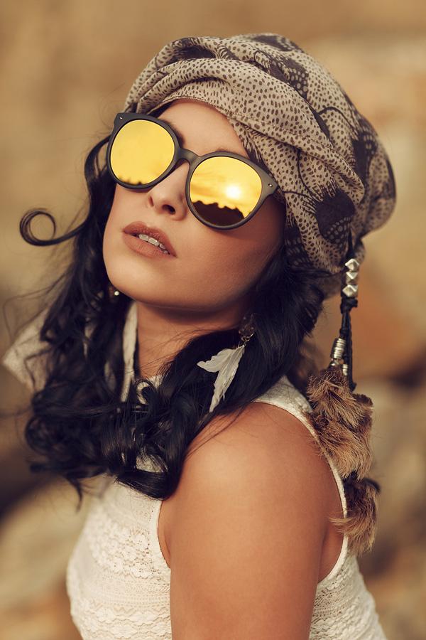 Portrait von Natalie mit einer Sonnenbrille
