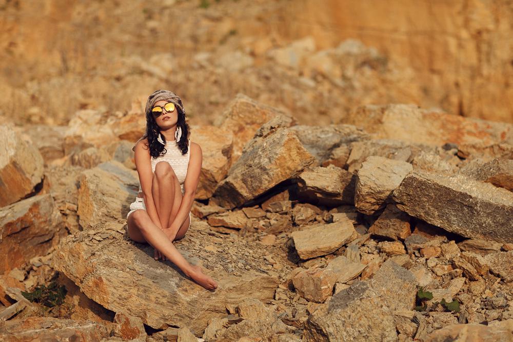 Ganzkörperaufnahme von Natalie im Steinbruch