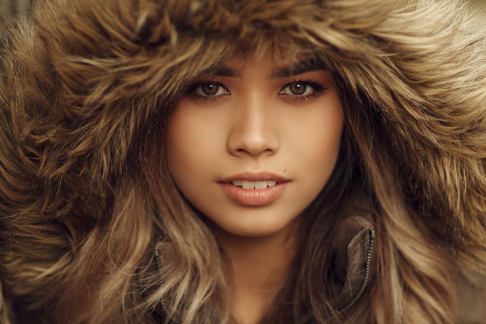 Portraitfoto von Anna mit einer Pelzmütze